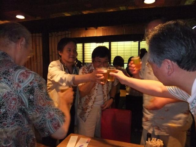 全員でカンパーイ 黒豚亭の豪華な料理 ビール早飲みダービー ビール早飲みダービー(女子の部) ダービー優勝者へ日本酒のプレゼント 二人羽織ですごい顔に